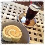 cafe amacha. - 料理写真:塩キャラメルのロールケーキと アイスコーヒー