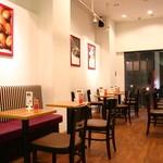 ViTO - 2階はテーブル席です。お食事はもちろん、コーヒーやジェラートのみのお客様もご利用いただけます。