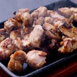 宮崎料理 万作 - イチオシの『霧島鶏のもも焼き』/鶏肉独特の肉の臭みが殆どなくコクと深みがある味わいが特徴です。