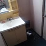 天龍 - トイレ手前の洗面台。味があります~w
