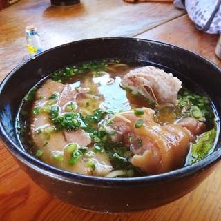 すーまぬめぇ - すーまぬめぇスペッシャルそば。ソーキ、テビチ、三枚肉入りのおそば。スープ抜群。