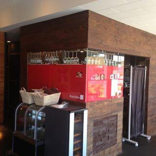 茶色を基調とした洗練された店内には、ご宴会にもおすすめの個室をご用意しております