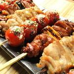 串バル - 国内で飼育された地鶏を炭火で注文いただいてから焼いていきます。