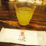久留米 大砲ラーメン - 冷たい緑茶が出てきた