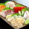 八月八日 - 料理写真:旬の新鮮な魚介が一皿にたっぷり『刺身盛2人盛』  その日とれたての新鮮な魚を味わえます。内容は、人数とそれぞれの好みに応じてくれます。1280円