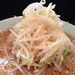 ラーメン - ラーメン600円、麺少なめ野菜マシ  元ラーメン二郎新橋店、色々あって今はラーメン新橋店。  二郎新橋店は別にできてるし。  もはや二郎とは別物ラーメンでした。いつの間にか二郎系では最細の中細麺。甘めの返しと非乳化のスープは昔から。 麺少なめにしたら最後はモヤシスープでした。