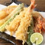 郷酒 - 料理写真:その日に入った旬の食材を使用『天ぷら盛り合わせ』