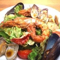 グイットーネ - 【魚介の旨味たっぷりサラダ】焼きたて海の幸のサラダ仕立て魚介の旨みたっぷりの温かいドレッシングで¥1150 新鮮な魚介と野菜でヘルシーに☆3名様程でシェアできます。