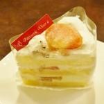 パティスリー ヴィゼ - 料理写真:桃のショートケーキ