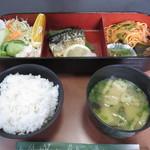 クローバー - 料理写真:この日の日替わりランチ。飲み物が選べ、デザートつきで680円でした。