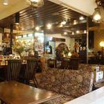 サンウミノ - アンティークな雰囲気の店内。