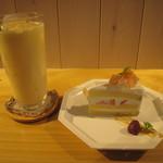 20395344 - ミックスジュース&白桃のショートケーキ♪