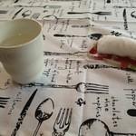 ゆるりん亭 - かわいらしいお絞り入れとランチョンマットに、お水(氷入り)