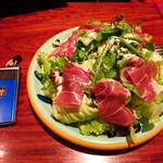 タヴェルナ クアットロ - パルマ産プロシュートのせ特盛サラダ1300円