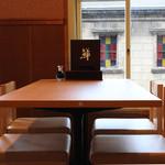 小樽ポセイ丼 - テーブル席の窓からはメルヘン通をみおろせます。