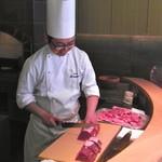 20403966 - お肉を慈しむように扱う平山シェフ