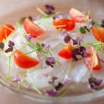 ガブ飲みワイン 洋彩ワラク - 『炙りホタテとモッツァレラチーズとフルーツトマトのカルパッチョ』