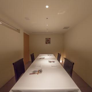 2〜8名までの個室、接待や記念日などにも最適です。