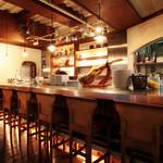 ガブ飲みワイン 洋彩ワラク - シックで落ち着いた雰囲気の店内、カップルや女子会などにもオススメです。