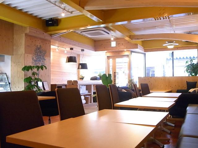 ハーミットグリーンカフェ 高槻店 - けっこう大箱 テーブルは直列w 6・4・2人用のソファ席もあり カウンター席はなし