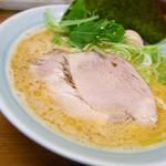 入船食堂 - らーめん[並][細麺]                             細麺を選択すると、                             普通のネギではなく青ネギが投入される。