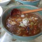 玉蘭 - 極辛カレーつけ麺のつけだれのアップです。唐辛子が浮いているのが確認できます。