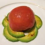 ル・クープル - トマトのお菓子仕立て。見た目はシンプルだけどかなり美味しい。