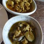 パウラ - 上はポークカレー、下は日替わり野菜カレー。この日は茄子とズッキーニとパイナップルでした。
