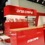 DNS POWER CAFE - 赤と白の店内