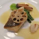 ル ピニョン - 魚料理 スズキのポワレ、ブールブランソース