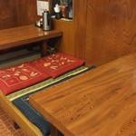 うなぎく - 小上りのテーブル席。