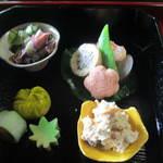 澗水 - 折敷膳に、前菜たちが入ってます・・(普通は飯・汁・香の物)