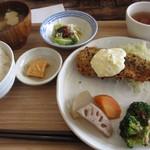 タビタビ - 日替わりランチ(鮭の黒ゴマフライ)