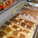 水郷のとりやさん - 冷蔵・冷凍のショーケースにもたくさんの商品が並んでます