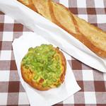 ル パン ドゥ ジョエル・ロブション 渋谷ヒカリエShinQs店 - バゲットと枝豆のパン。
