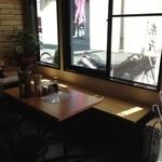 東座 - テーブル席。