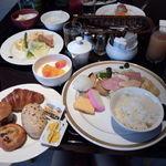 20455447 - 私の朝食時のブッフェ盛り付け(o´艸`)♪鮭の焼き魚・・・かまぼこ・・・卵焼きと・・・和なチョイスもちらほら・・・(笑)♪