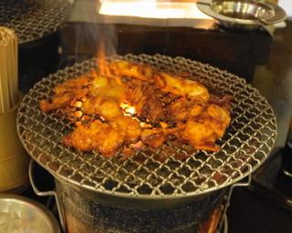 ホルモン平田 - 2013.8 炭火の七厘で焼きます