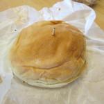 ブルックリン - ハンバーガー300円の焼き上がりです、バンズがずれないように爪楊枝が一本さしてあるのもどこか懐かしい感じですね
