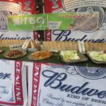 福ビル しばふビアガーデン - 会場は様々なビールやお酒を含めて料理は全て食べ放題、飲み放題のビュッフェシステムになってます。