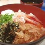 海鮮王 - イオンモールのフードコートで食べた海鮮丼。見た目は華やかだけど味は•••(汗)