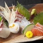 居酒屋 La'なら - 料理写真:『お刺身盛り合わせ』はプリップリの新鮮な活魚が楽しめる、とっておきの逸品。他にも、カンパチやサーモン、一風変わったクラゲ刺しなど、多彩な魚介のメニューが揃い、こだわりの鮮魚をたっぷりと堪能できます。