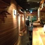 料理店 Caiotto - 波打つ木の壁