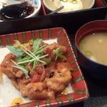 馳走家 とり壱 - 日替り定食(豚肉と茄子のトマト煮、味噌汁、コーヒーゼリー、冷や奴)