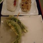 本格さぬきうどん 穂乃香 - おにぎりは梅とかつおですにゃ♪天ぷらは万願寺とうがらし♪