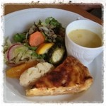 オステリア デッラ トスカーナ - 料理写真:パスタコースの前菜 アスパラのキッシュ サラダ 白桃スープ