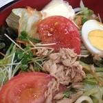そば処喜八 - サラダうどん  お店で食べたら450円。配達なら500円