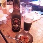 アーグラー - ライオンスタウト(スリランカの黒ビール)とマンゴーのアチャール