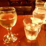 ラ・ポム・ド・パン - ランチセットの白ワインとお冷はミニデキャンタで