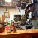 田中家 - 厨房で料理を作る女将さん